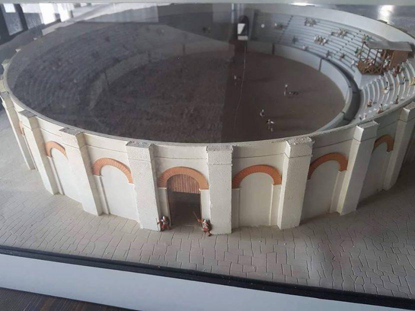 Амфитеатър и римска колесница в Музея на мозайките в Девня