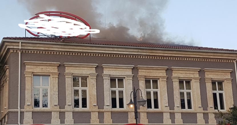 Фенове на ЦСКА изстреляха ракета и запалиха покрива на заведение в центъра (снимки)