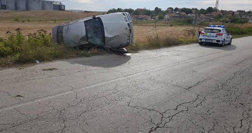BMW се преобърна малко преди входа на Игнатиево (снимки)