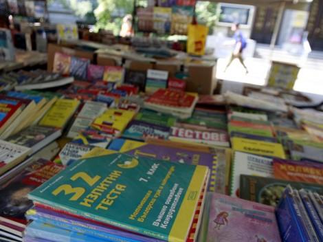 Продължава благотворителния базар за учебници във Варна
