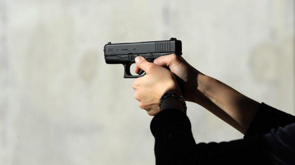 Мъж стреля с пистолет на автобусна спирка във Варна
