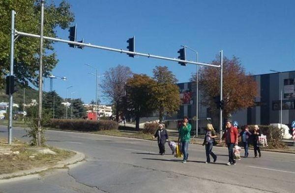 С риск за живота си варненци пресичат с пълни чанти булевард