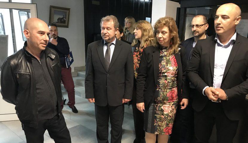 Николай Костадинов и общински съветници от ГЕРБ подариха на училища във Владиславово портрети на будители