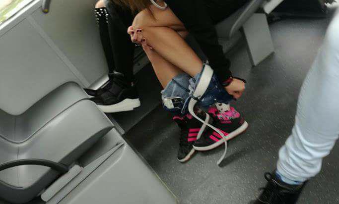 Наша ученичка си свали панталонките в градския транспорт, за да се преоблече!