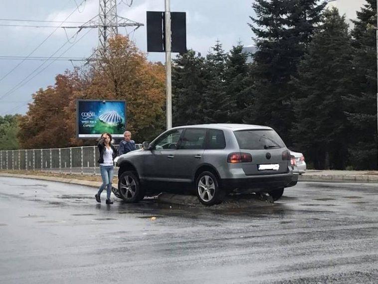 Два автомобила се блъснаха тежко на кръстовище (снимки)