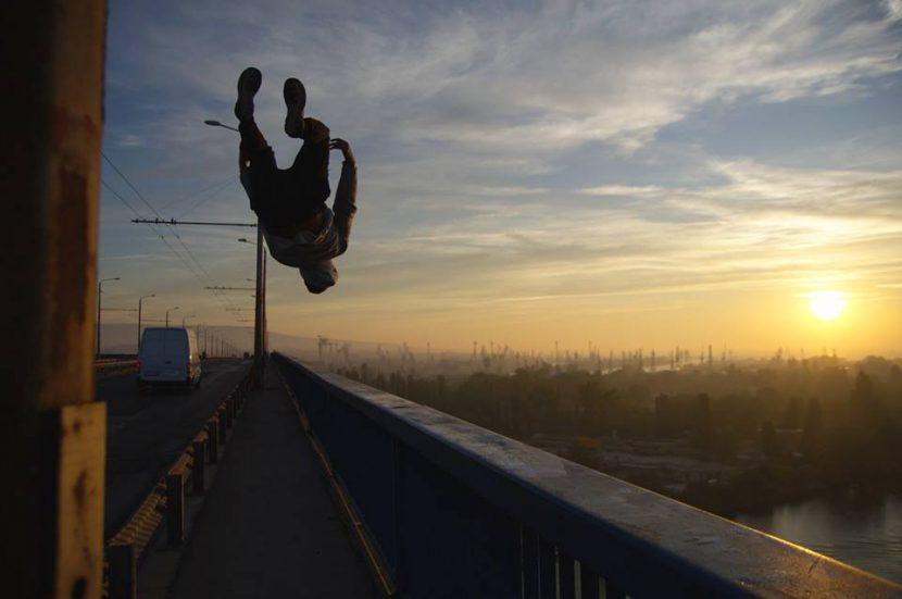 Варненец засне екстремна фотосесия на Аспарухов мост
