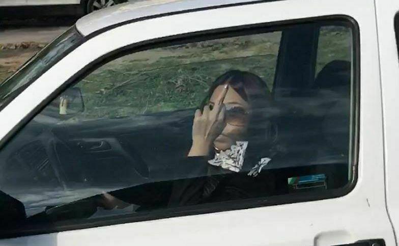 Шофьорка блъсна куче, показва среден пръст от колата