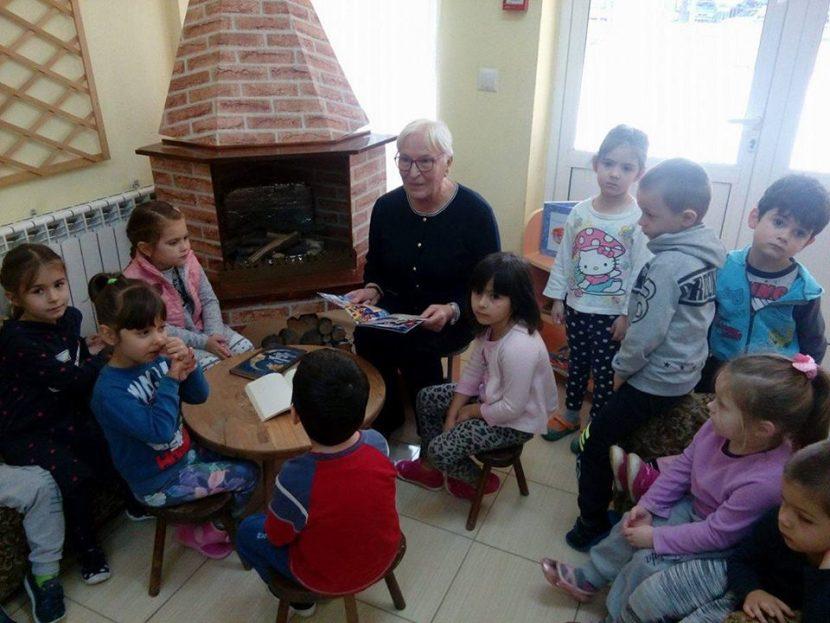 """Деца от ДГ № 5 """"Слънчо"""" изнесоха урок за български народни приказки (снимки)"""