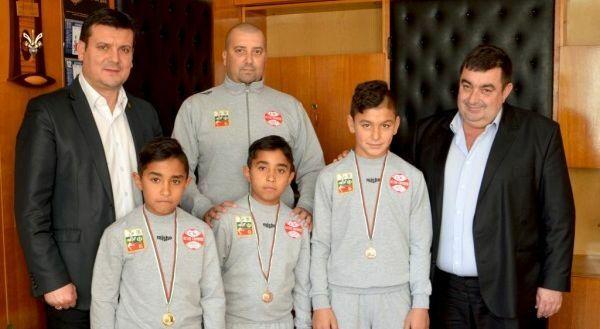 Кметът на Вълчи дол награди малки шампиони по борба
