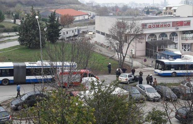 Първо в Будна Варна: шофьор на лек автомобил предизвика катастрофа и блокира няколко линии на градски транспорт