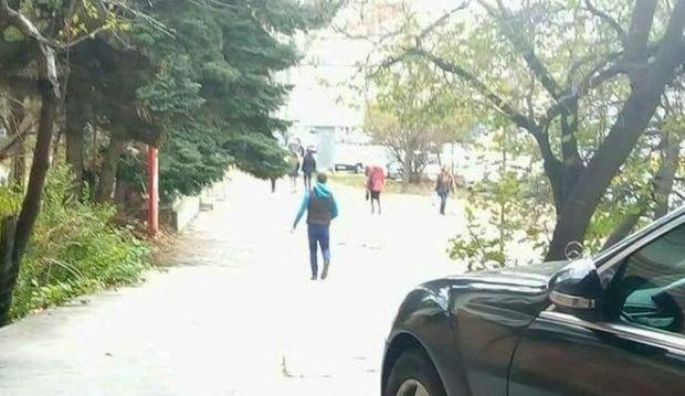 Варненка: Агресивен олигофрен напада жени на спирката срещу Мебелната палата