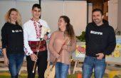 """Тамбура и гайда дариха от Фондация """"Българин"""" на ученици от СУ"""