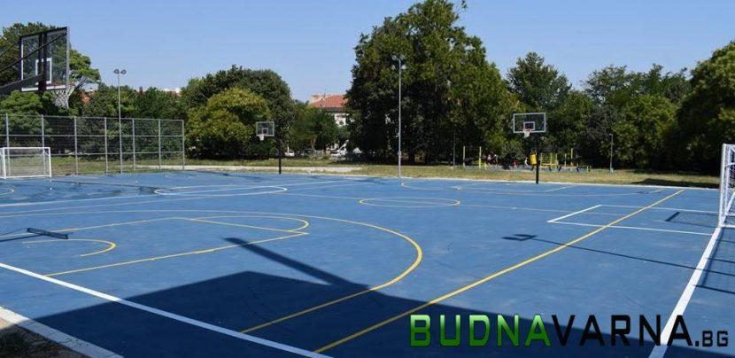 Училищните дворове остават отключени, за да има достъп за спорт
