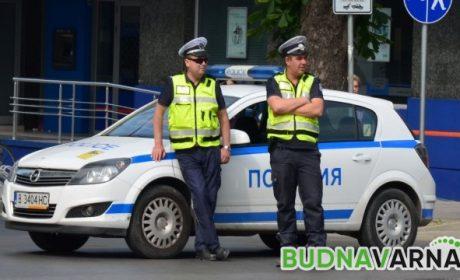 """Полицаи атакуваха """"Ауди"""", в колата завариха 43-годишен с момиче на 18"""
