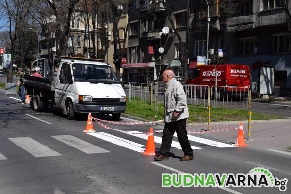Джип  помете възрастен мъж на пешеходна пътека