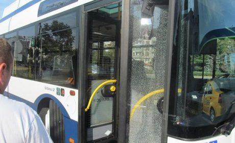 Автобус се заби в колона от автомобили