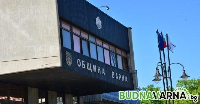 Демонтират коледната украса от сградата на Община Варна