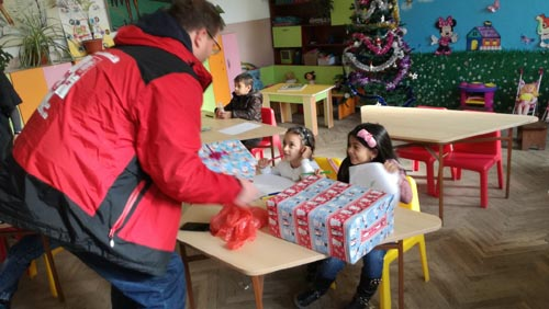 Раздават коледни подаръци от деца за деца
