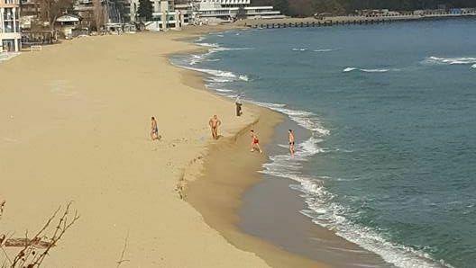 На плаж през декември: Варненци опънаха хавлии на брега и се къпаха в морето