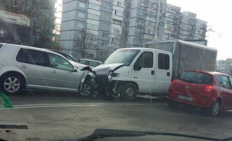 Катастрофа на главен булевард! Бус и кола се удариха челно!