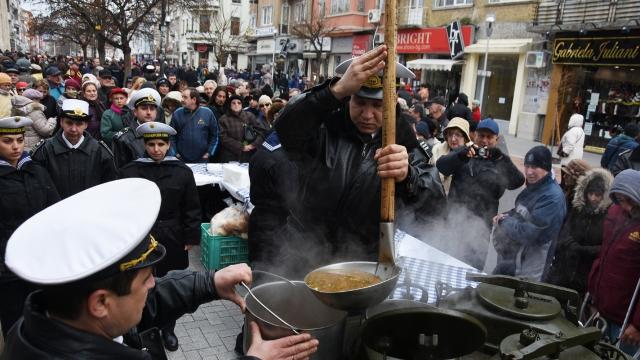 200 литра рибена чорба раздадоха военни моряци на варненци за Никулден (снимки)