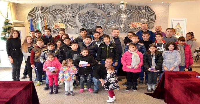 Община Девня раздаде по 100 лева на сираци и полусираци