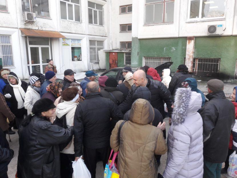 """Раздадоха 300 пакета с храна на социално слаби в район """"Владислав Варненчик"""""""