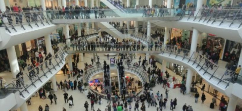 Двама 13-годишни обраха връстничка във варненски мол