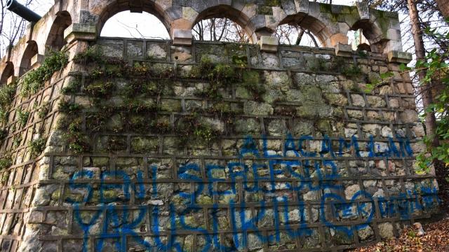 Оскверниха с турски надписи Военно-морския музей (снимки)