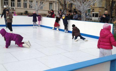 Безплатната ледена пързалка посреща посетители до средата на месеца