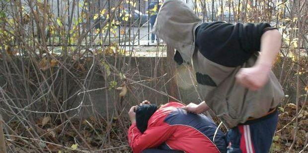 Маскирани пребиха дете в училищен двор