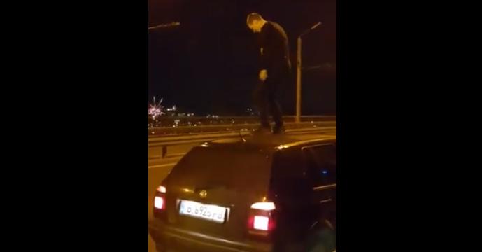 Варненец посрещна Нова Година с танци върху колата си на Аспарухов мост (видео)