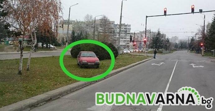 Забравен автомобил между пътните платна във Владиславово (снимки)