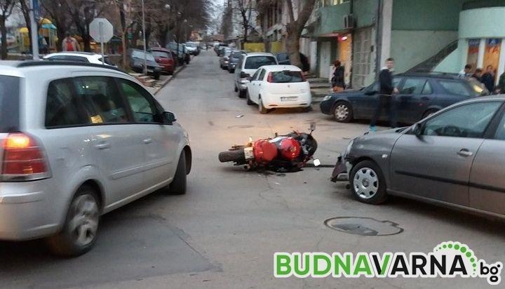 """Първо в Будна Варна: блъснаха моторист на ул. """"Кракра"""" (снимки)"""