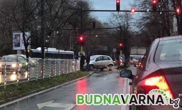 Читател на Будна Варна: катастрофа на светофара до ВИНС (снимки_
