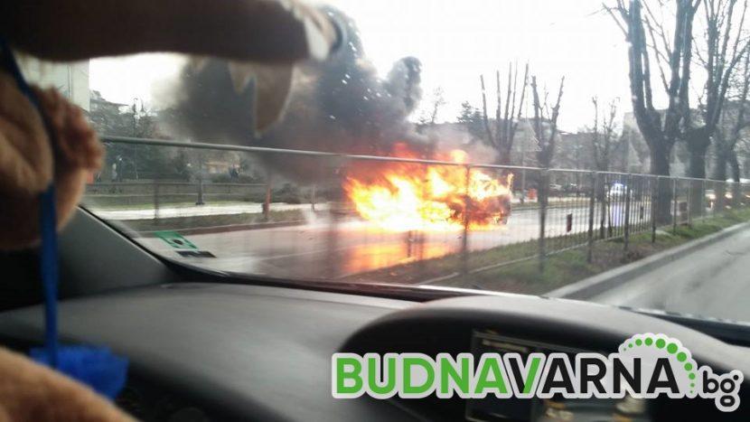 Кола гори пред Община Варна (снимки)