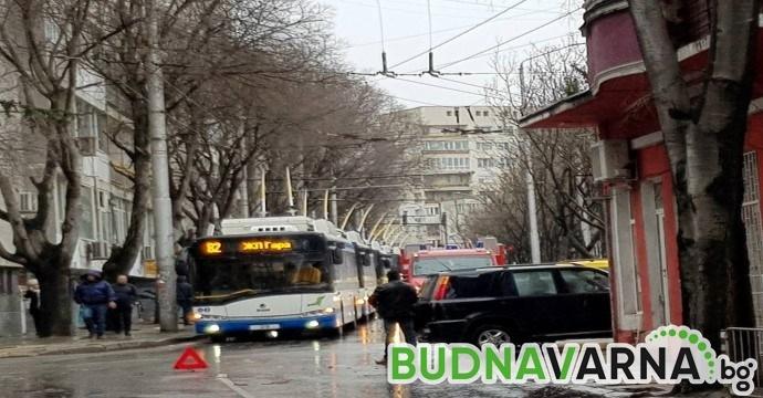 Читател на Будна Варна: 7 тролея блокирани заради катастрофа (снимки)