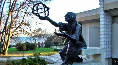 Камери ще пазят потрошения паметник на Николай Коперник