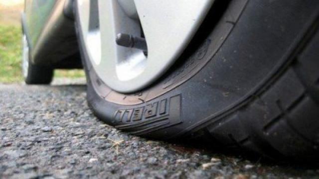 Малолетни варненци нарязаха гумите на пет автомобила