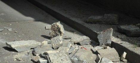 Мазилка от сграда в центъра на Варна потроши автомобил