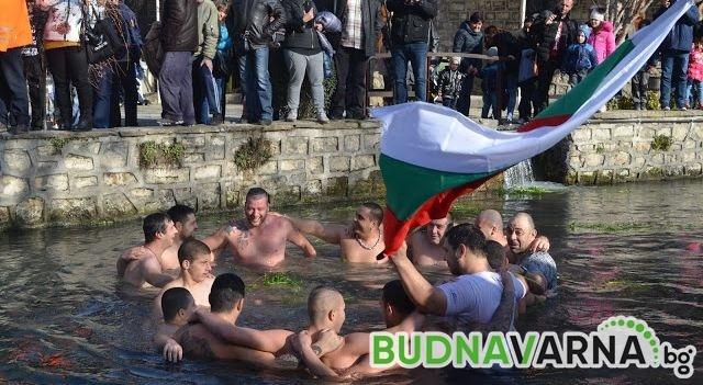15 смелчаци спасяваха кръста на Йордановден в Девня (снимки)