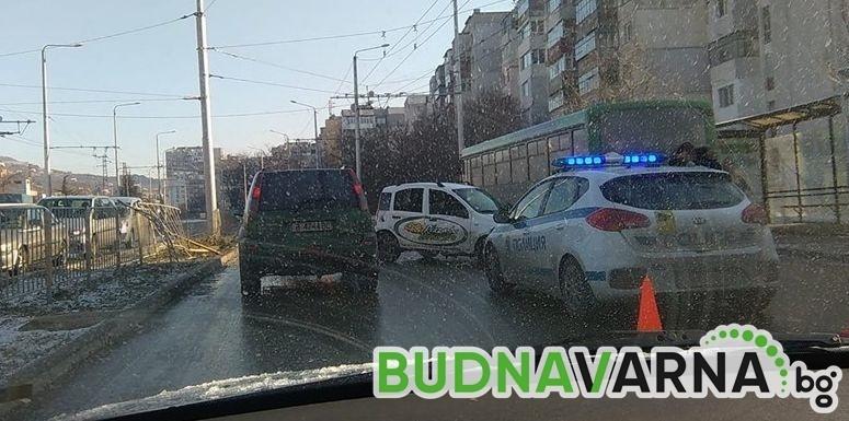 Читател на Будна Варна: автомобил премина през мантинела и се заби в автобус