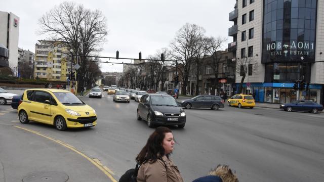 Неработещ светофар предизвика хаос на кръстовище