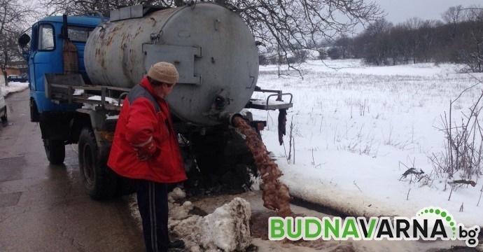 Читател на Будна Варна: изхвърлят отпадъци от ферми за патки на пътя (снимки)