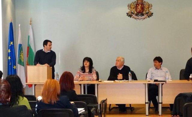 Кмета на Дългопол, като че ли сърдито порицава несъгласните с него ДПС и БСП