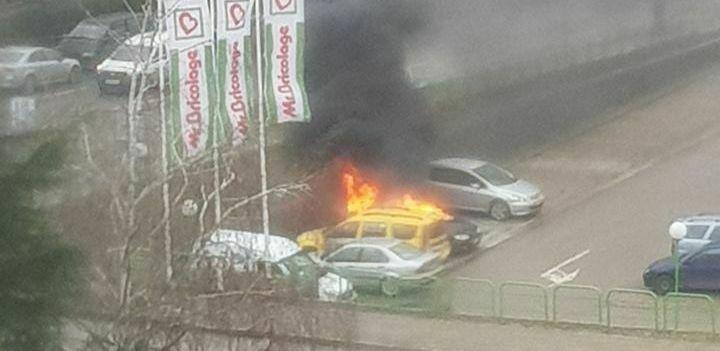 """Първо в Будна Варна: кола гори на """"Бриколаж"""""""
