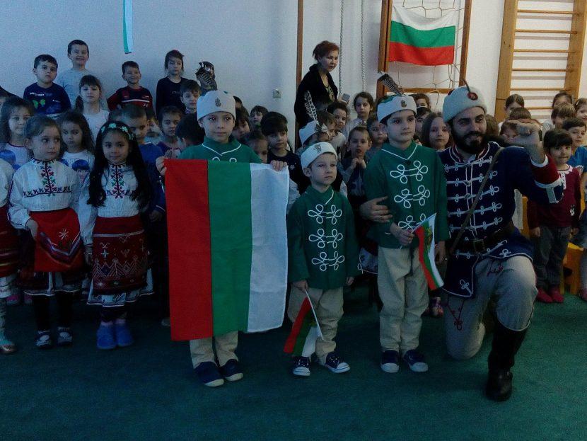 """Приказки за Ботев и Левски зарадваха децата в детска градина № 5""""Слънчо"""""""