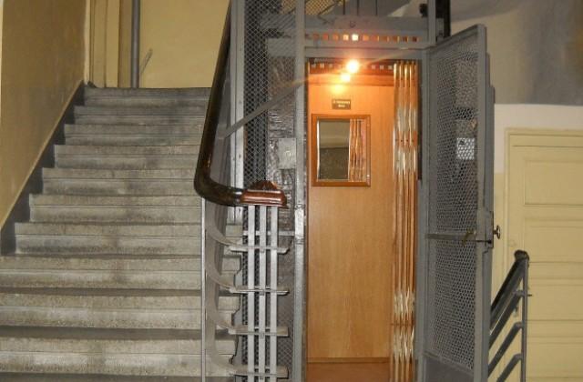Най-старият асансьор във Варна стана на 83 години (снимки)