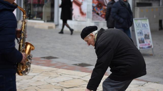Варненски пенсионер помогна на уличен музикант от Украйна