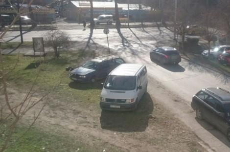 Варненка: Шофьори паркират колите си в градинката